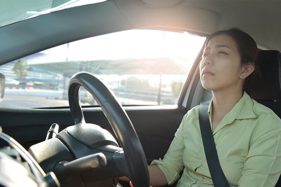 Frau gönnt sich Nickerchen im Auto: Als sie aufwacht, trifft sie der Schlag