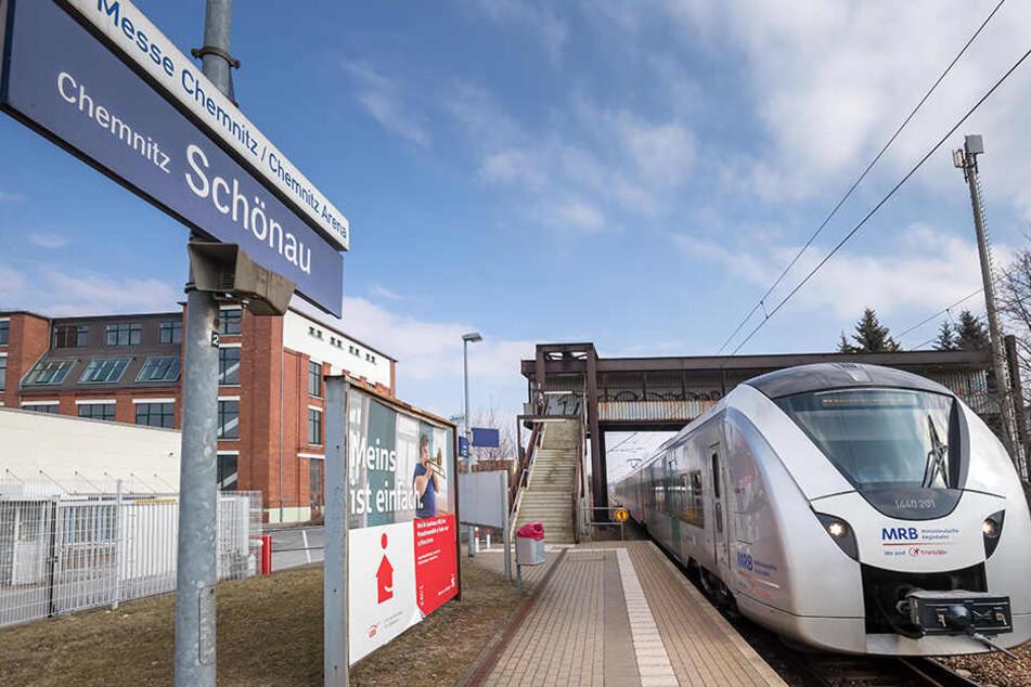Ein Zug der Mitteldeutschen Regionbahn fährt an den Haltepunkt Schönau Messe Chemnitz.