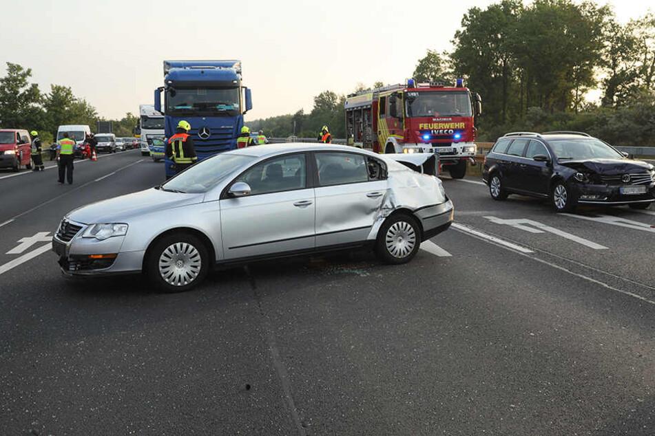Am Unfallort blieben beide VW Passats zurück, der beteiligte Lkw soll geflüchtet sein.