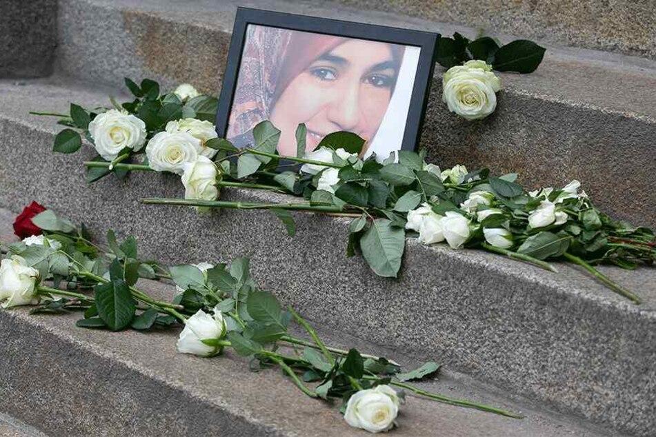 Marwa El-Sherbini wurde nur 31 Jahre alt. Auf den Stufen des Landgerichtes Dresden stand lange ein Bild der getöteten Ägypterin. Hier wurden Blumen abgelegt.