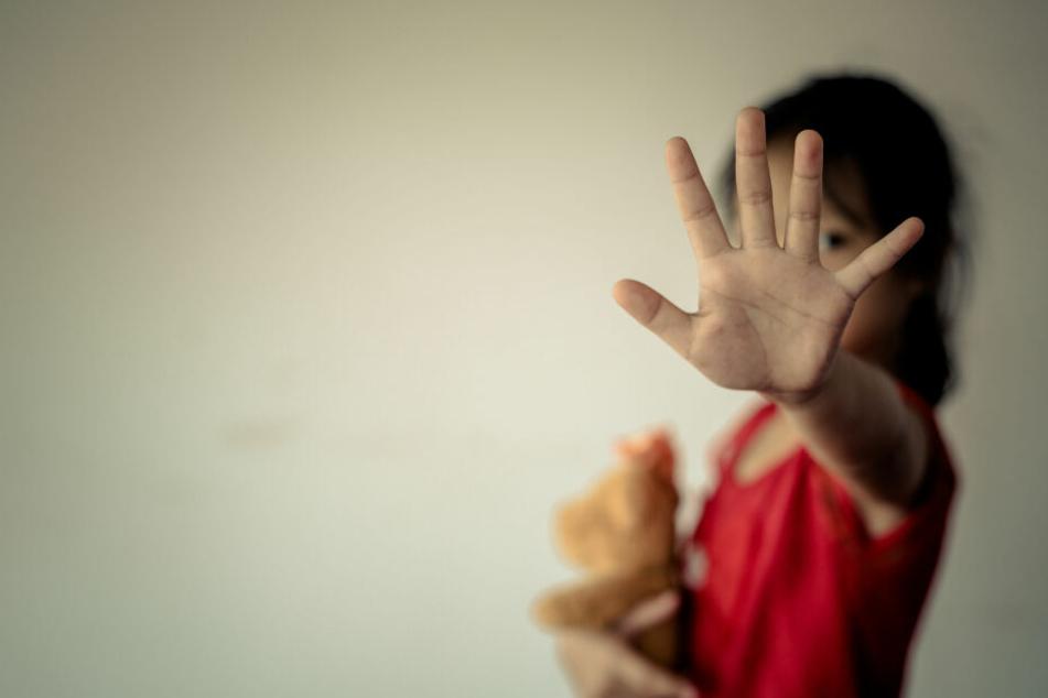 Mann soll Tochter, Stieftochter und deren Freundin jahrelang missbraucht haben