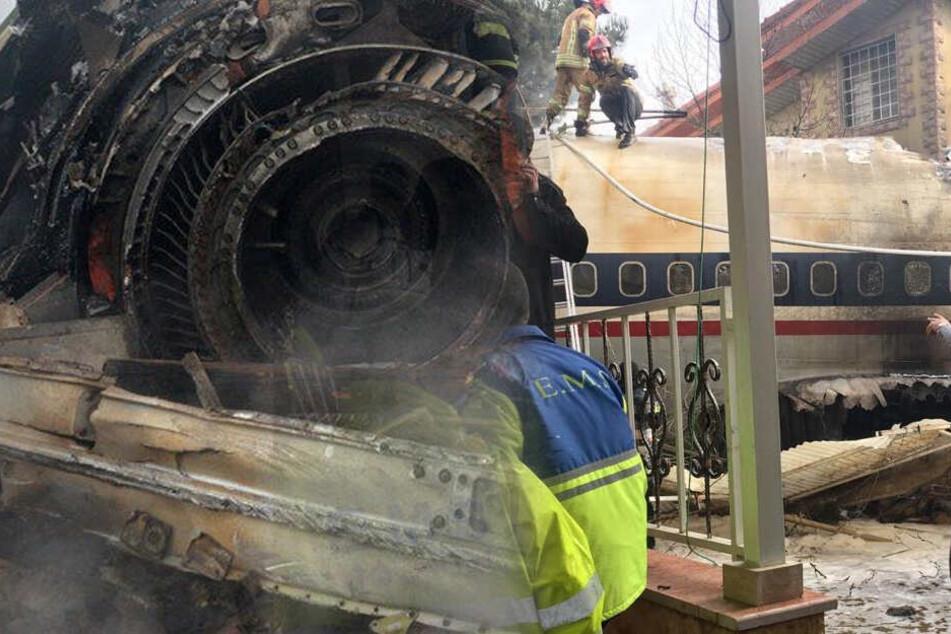 Boeing muss notlanden, kracht gegen Wand und geht in Flammen auf