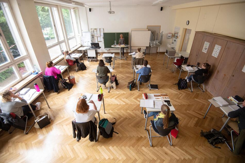 Schüler sitzen in einem Klassenzimmer weit auseinander. Dies könnte sich im neuen Schuljahr ändern-