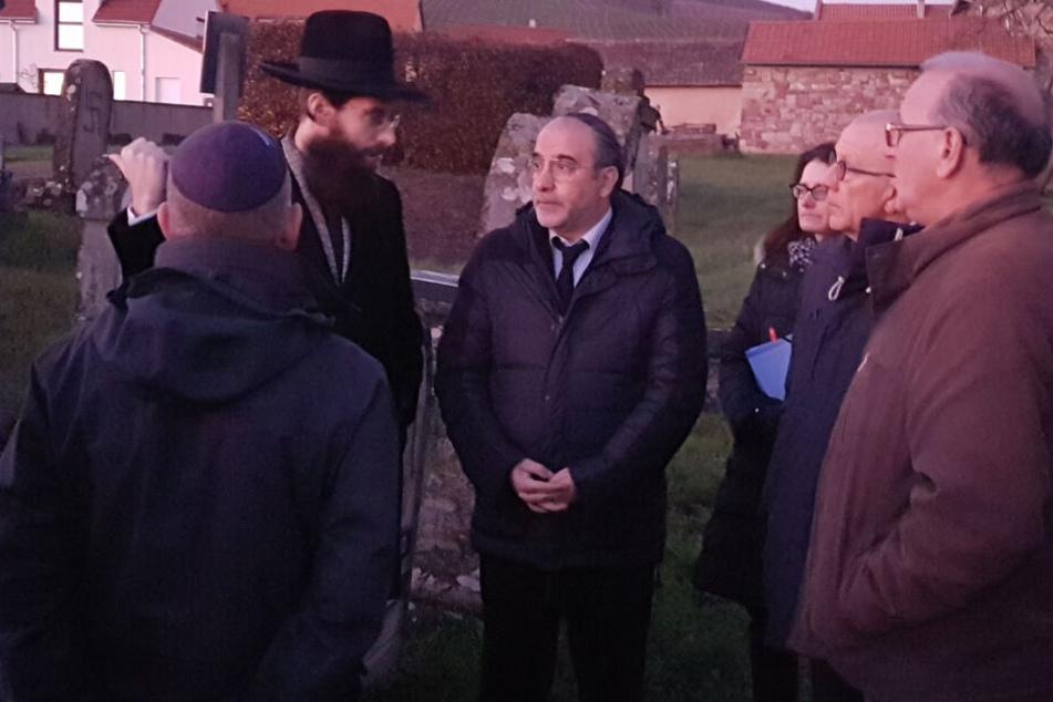 Mitglieder der jüdischen Gemeinde stehen auf dem jüdischen Friedhof Westhoffen, rund 25 Kilometer von Straßburg entfernt.
