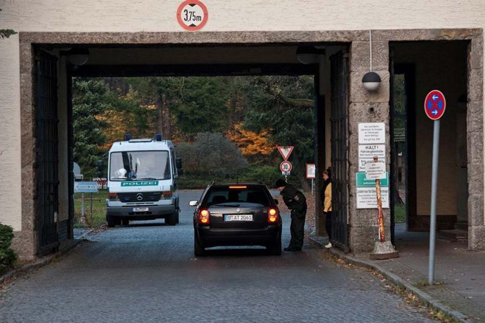 Die Zufahrt zum Sitz der Bereitschaftspolizei auf der Ruppiner Chaussee, welcher sich auch in einem maroden Zustand befindet.