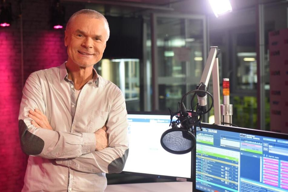 """So kennen ihn die Fans: Jürgen Domian in seinem Studio, wo er von 1995 bis 2016 """"Domian"""" moderierte."""