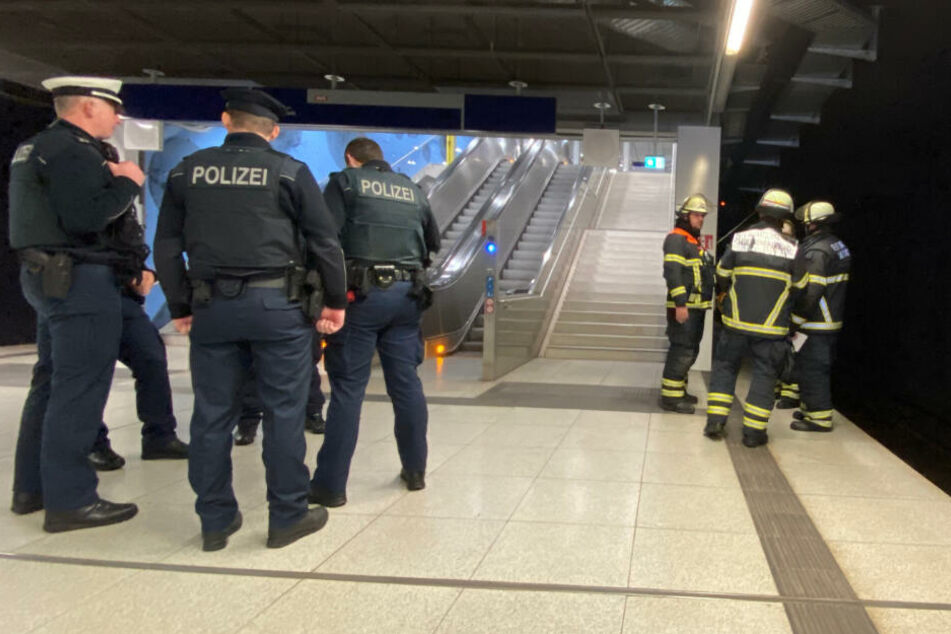 S-Bahn-Verkehr umgeleitet: Feuerwehr am Jungfernstieg im Einsatz