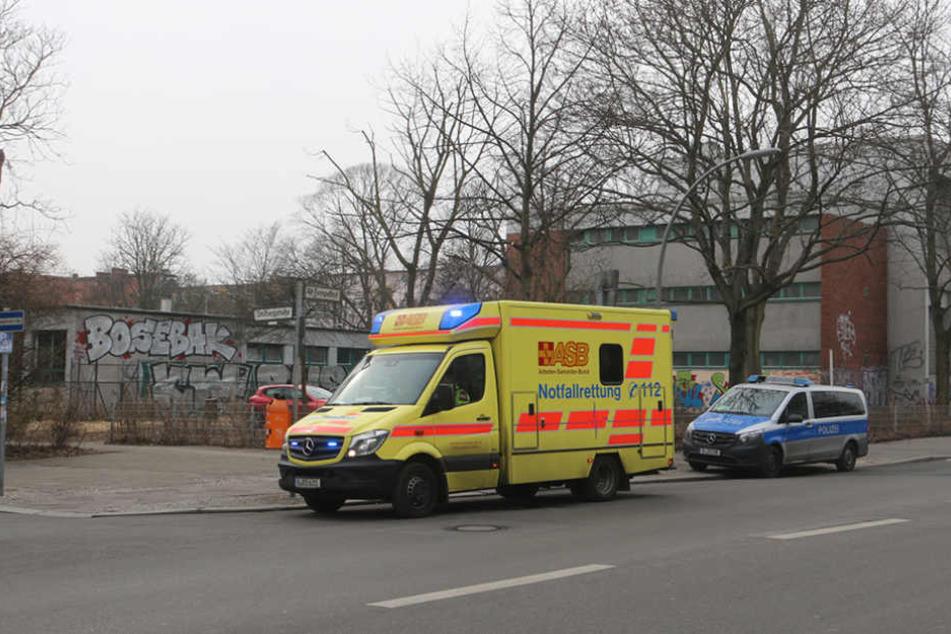 Polizei und Rettungswagen am Dienstag vor der Werner-Stephan-Oberschule.