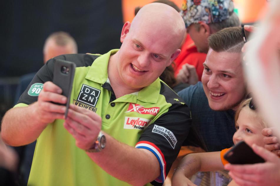 Darts-Ikone Michael van Gerwen bei einem Selfie.