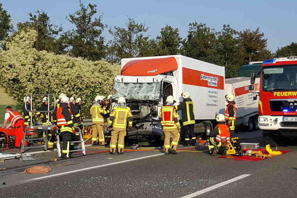 Einer der Fahrer musste von der Feuerwehr befreit werden.