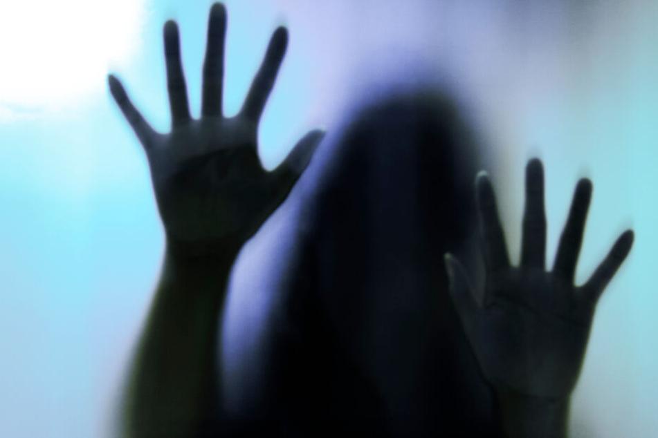 Frau wird nach Gruppenvergewaltigung bei lebendigem Leib angezündet
