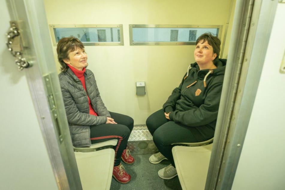 Mischung aus FlixBus und Eisenbahnabteil: Anke (50) und Tochter Sandy Burghardt (31) aus Klingenberg saßen im Knast-Bus mal spaßeshalber Probe.