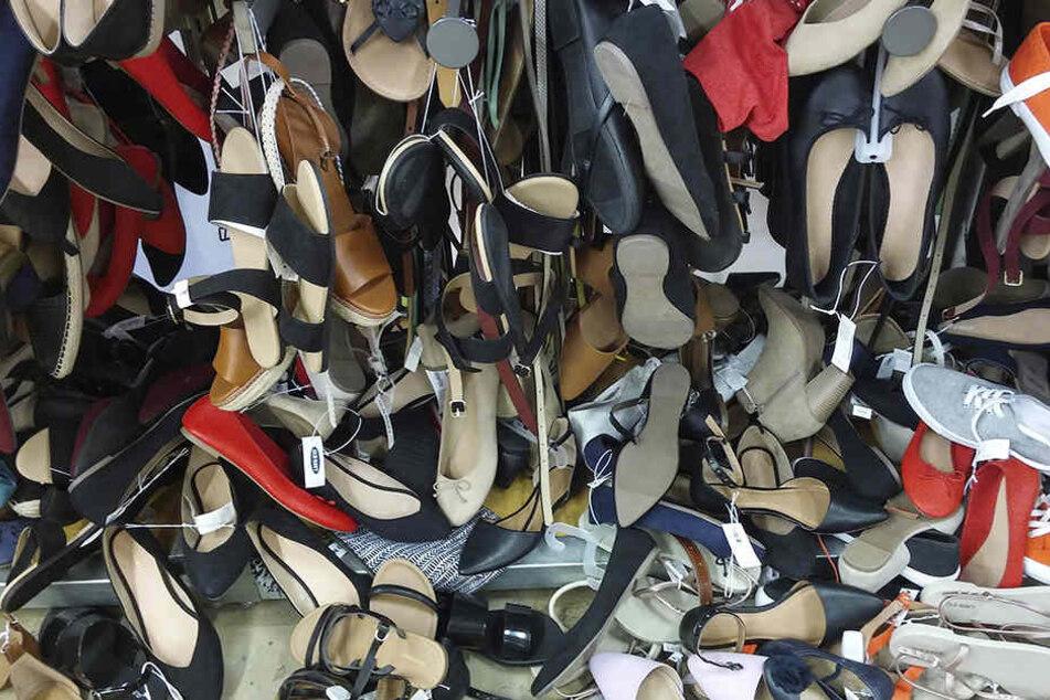 Diebe klauten 120 Paar Schuhe von einem Laster.