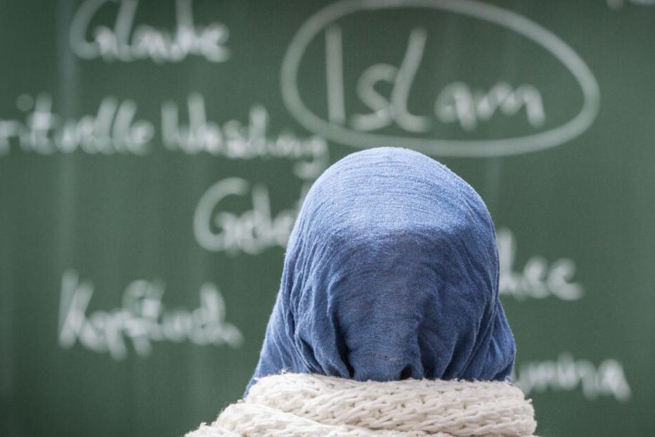 Dass Schülerinnen in NRW kein Kopftuch mehr tragen dürfen, ist vorerst vom Tisch (Symbolbild).