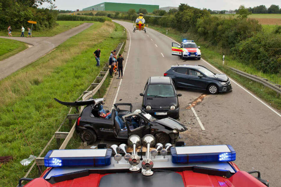 Einsatzkräfte an der Unfallstelle.