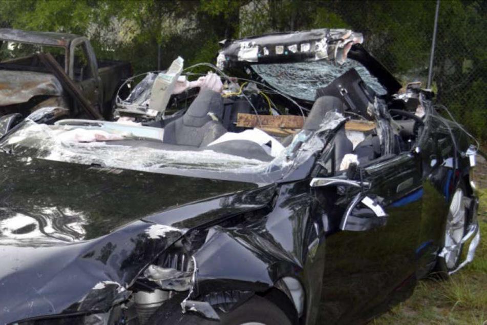 Das von der US-Verkehrsbehörde National Transportation Safety Board zur Verfügung gestellte Foto der Florida Highway Patrol zeigt das zerstörte Tesla-Model S.