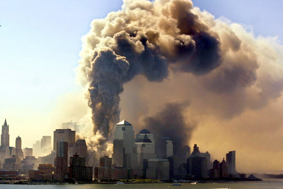 Ein Turm des bei dem Terroranschlag von zwei Passagiermaschinen getroffenen World Trade Centers in New York stürzt am 11.09.2001 ein.