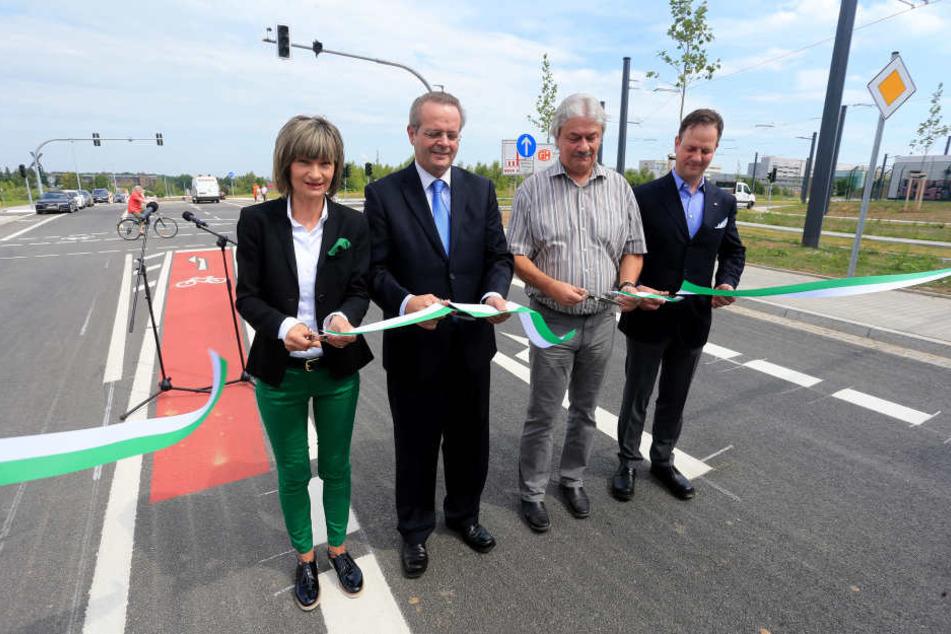 OB Barbara Ludwig, TU-Kanzler Eberhard Alles, Klaus Heinek von der Baufirma  Bögl und Daniel Hüttner von der Baufirma Gunter Hüttner (v.l.) geben die  Fraunhoferstraße frei.