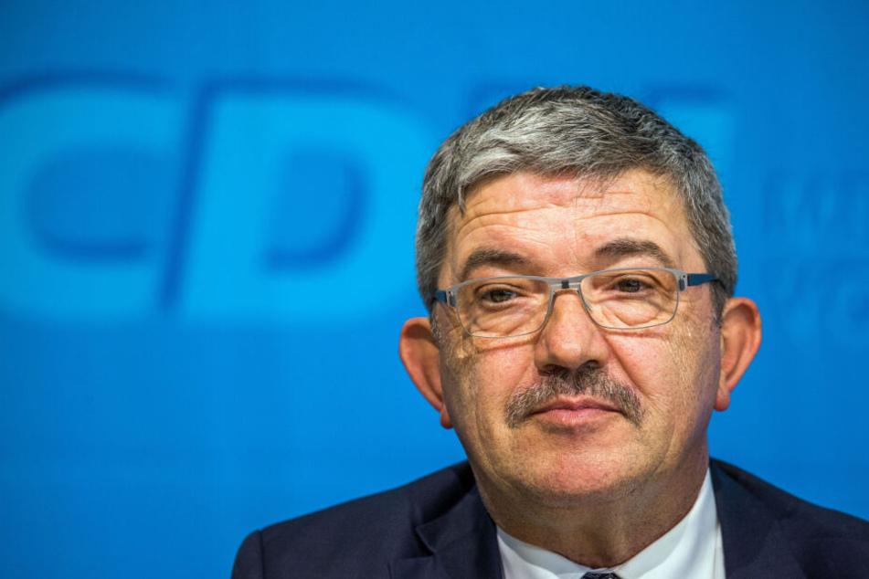 Innenminister Lorenz Caffier (CDU) zeigt sich erschüttert und fassungslos nach den Festnahmen von SEK-Beamten.