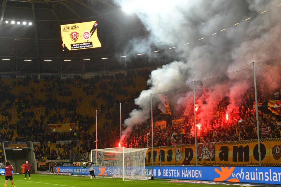 Schon bei der Erwärmung vor dem Spiel gegen den SV Wehen Wiesbaden wurde Pyrotechnik abgefackelt.