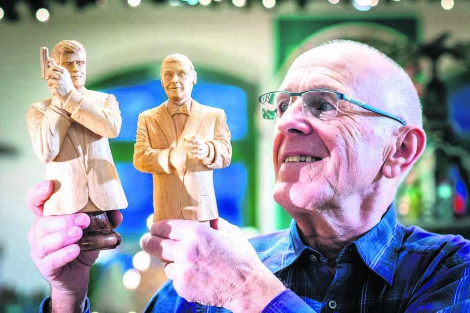 Frank Hunger (70), Mitglied des Niederwürschnitzer Schnitzvereins, zeigt die Bond-Darsteller Pierce Brosnan (l.) und Sean Connery als Schachfiguren.