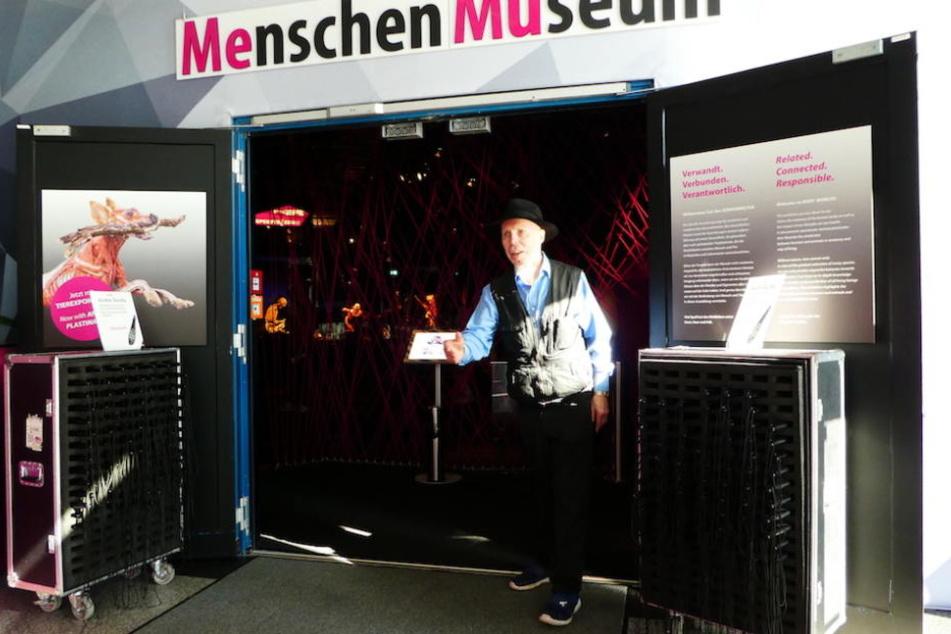 """Plastinator Gunther von Hagens (73) darf auch künftig Besucher in seinem """"Menschen Museum"""" begrüßen."""