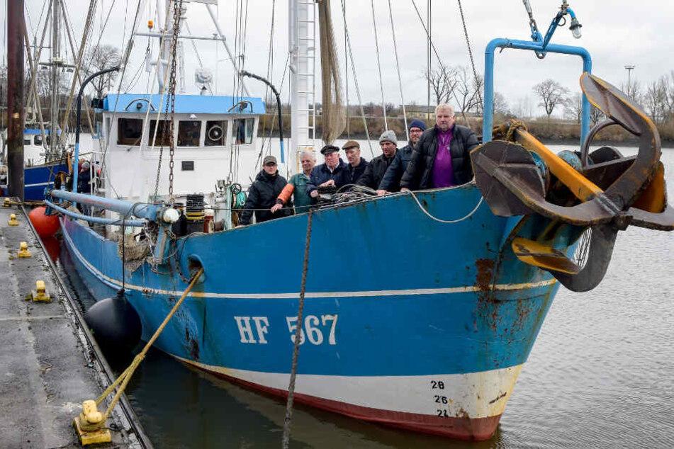 Harald Zeeck (von links nach rechts), Lothar Bukow, Walter Zeeck, Olaf Jensen, Jan Winkels, Claus Zeeck und Wilhelm Grube sind die letzten Stintfischer auf der Elbe.