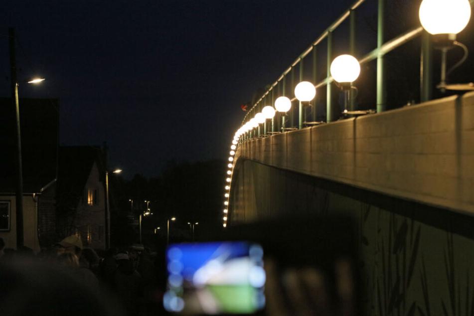 Zum 1. Ortmannsdorfer Schwibbogenfest am 1. Advent wurde der Lichterbogen eingeweiht.