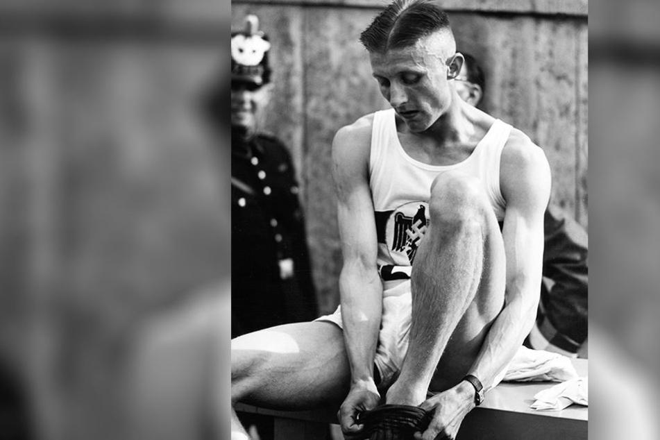 Rudolf Harbig (1913-1944) war ein überragender Leichtathlet und Lauf-Idol. Die Aufnahme zeigt den Dresdner 1938 im Berliner Olympiastadion. Auf seinem Trikot das NS-Symbol des Reichsadlers mit Hakenkreuz.