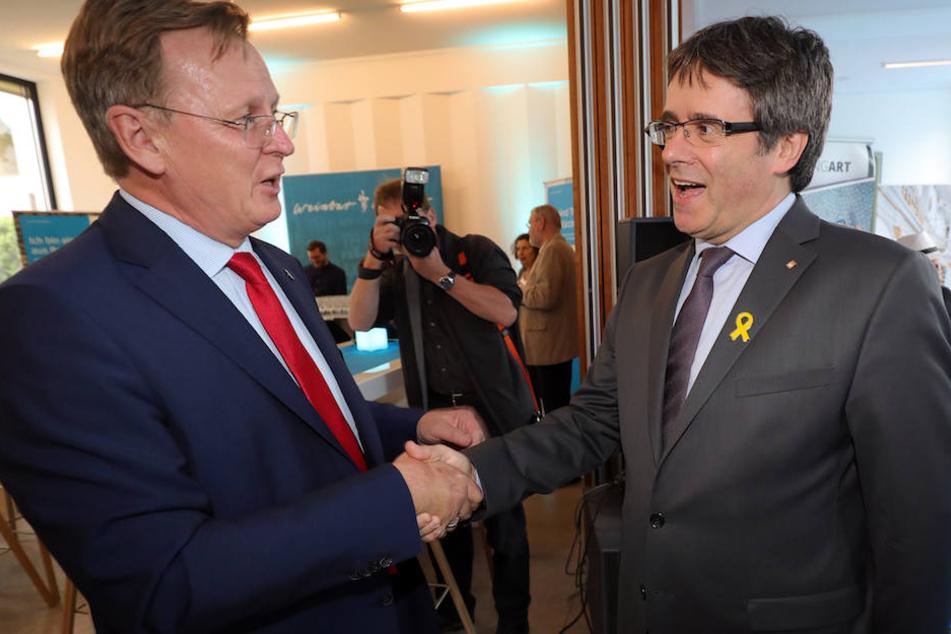 Ministerpräsident Bodo Ramelow (62, li.) begrüßte Carles Puigdemont (55) beim Sommerfest am Montag in der thüringischen Landesvertretung.