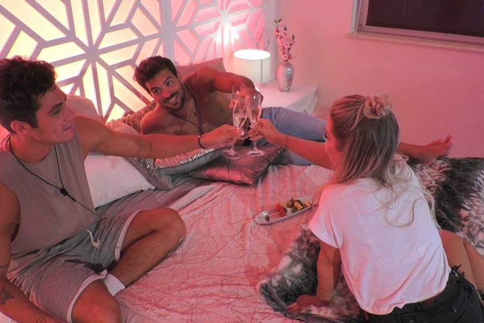 Trio Infernale: Bei ihrem ersten Date trifft Julia gleich auf Danilo (links) und Yasin (Mitte).