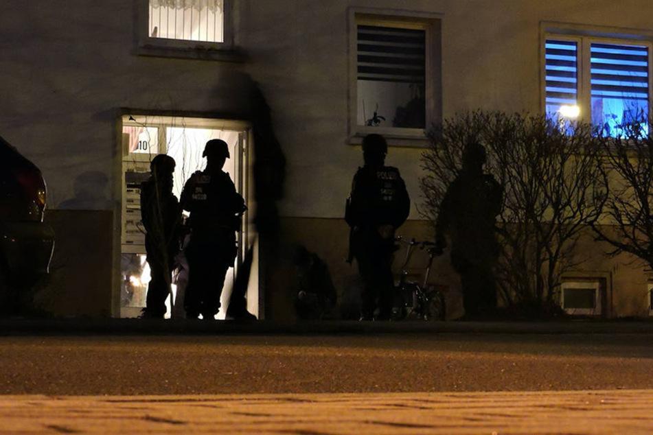 Mehrere Polizisten stürmten das Wohnhaus in der Nordstraße.