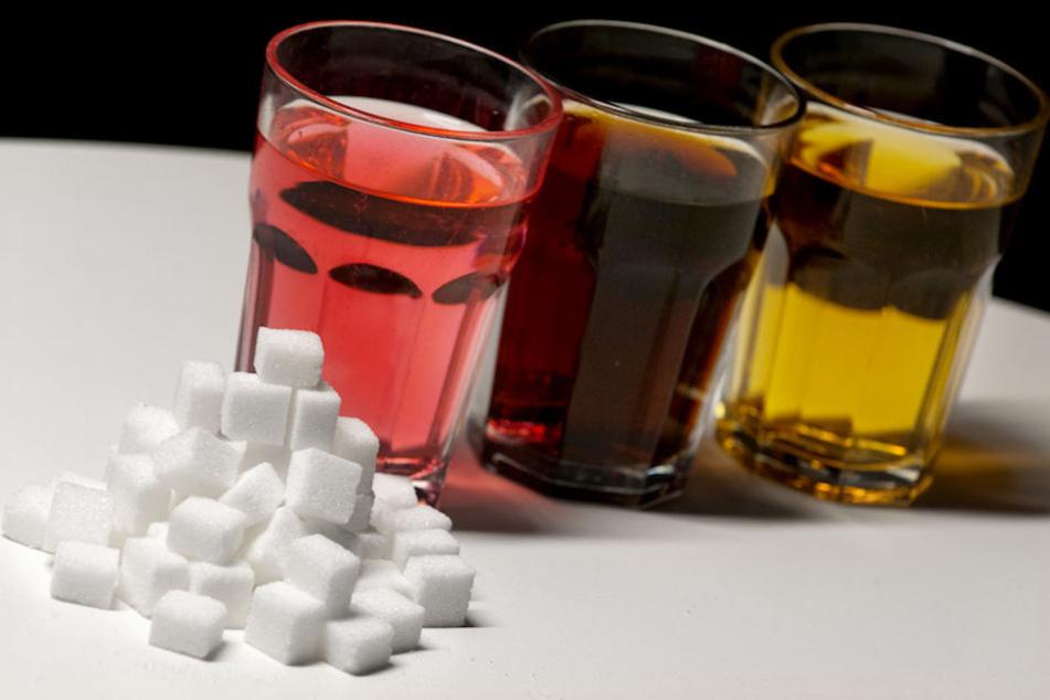 Speziell bei gesüßten Softdrinks soll der Zuckergehalt im zweistelligen Prozentbereich reduziert werden.