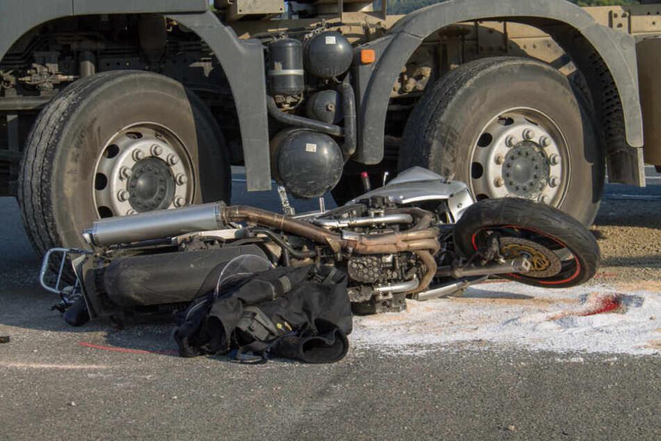 Tragisches Unglück! Motorradfahrer wird von Laster überrollt und stirbt