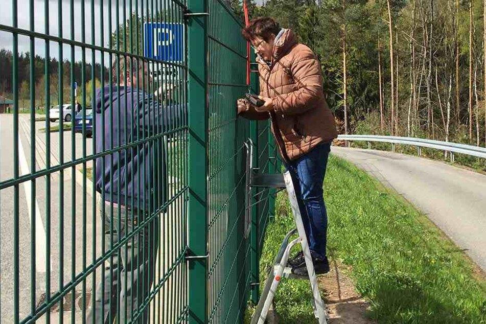 Betreiberin Christina Wagner widersetzt sich dem Verbot und verkauft weiter ihre Bratwürste über einen zwei Meter hohen Zaun.