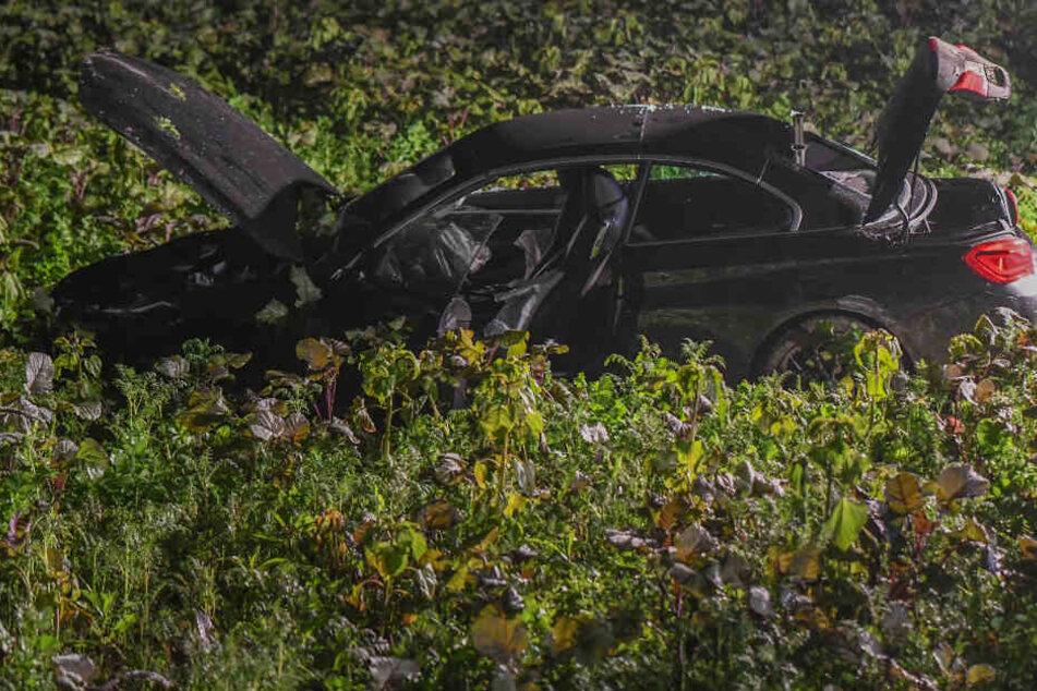 Auto durchbricht Zaun und überschlägt sich: Polizeihubschrauber sucht Fahrer