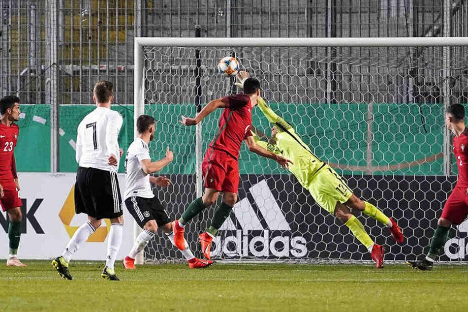 Was für ein Pfund! Dynamos Dzenis Burnic (Nr. 7) ballerte per Volleyschuss das Leder in die Maschen. Sein Treffer war gleichzeitig das Siegtor.