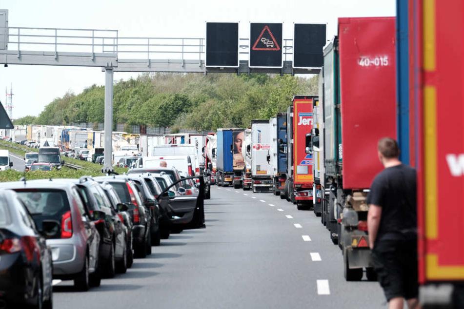 Lkw-Fahrer sollen mit dem Pilotprojekt noch stärker zur Bildung von Rettungsgassen sensibilisiert werden (Symbolbild).