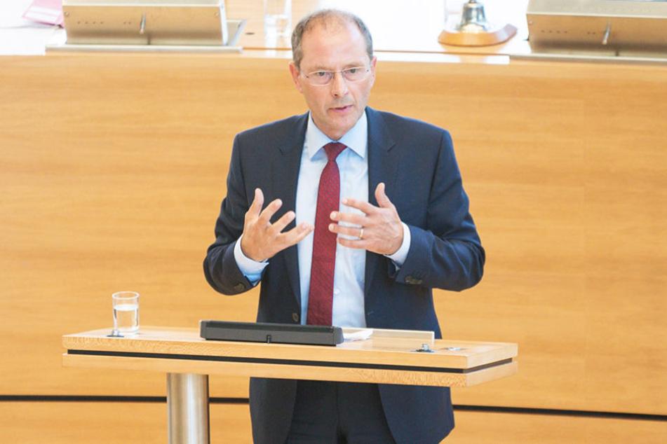 Innenminister Markus Ulbig (52, CDU) gab in seiner Antwort alarmierende Zahlen bekannt.