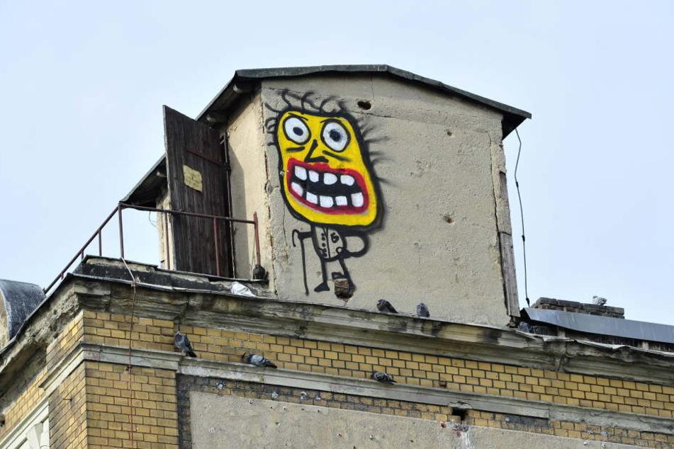 Am Dachgeschoss des Musikhauses in der Zwickauer Straße prangt auf jeder Giebelseite ein Graffiti-Monster.