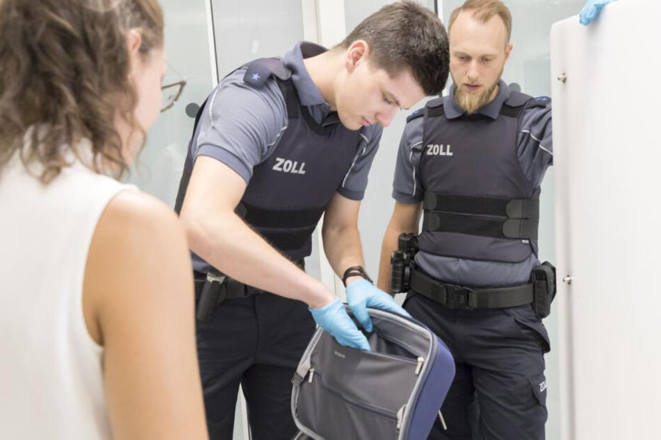 Zöllner bei einer Kontrolle am Flughafen Köln. (Symbolbild)