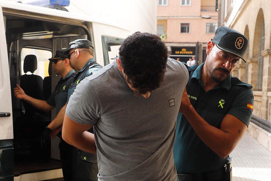 Zwei der Täter wurden vom Richter zu Untersuchungshaft ohne Kaution angeordnet.