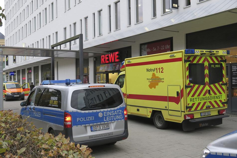 Zwei Mitarbeiter wurden am Montagabend von vier mutmaßlichen Ladendieben im REWE-Markt am Wall verletzt (Archivbild).