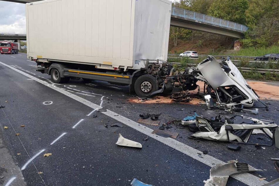 Führerhaus zertrümmert: Lkw-Fahrer (58) stirbt bei Unfall auf der A44