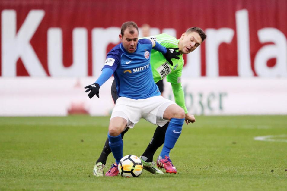 Daniel Frahn (hinten) beackerte in Rostock wie hier Amaury Bischoff Gegner und Rasen - es brachte nur wenig.