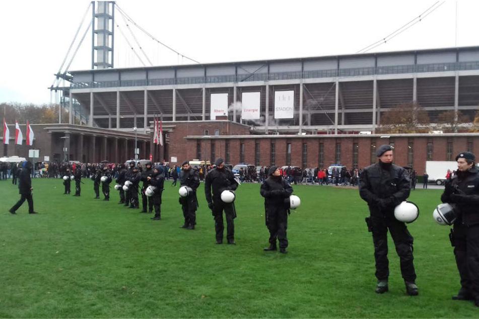 Die Polizei war für die Partie des 1. FC Köln gegen Dynamo Dresden mit einem Großaufgebot vor Ort.
