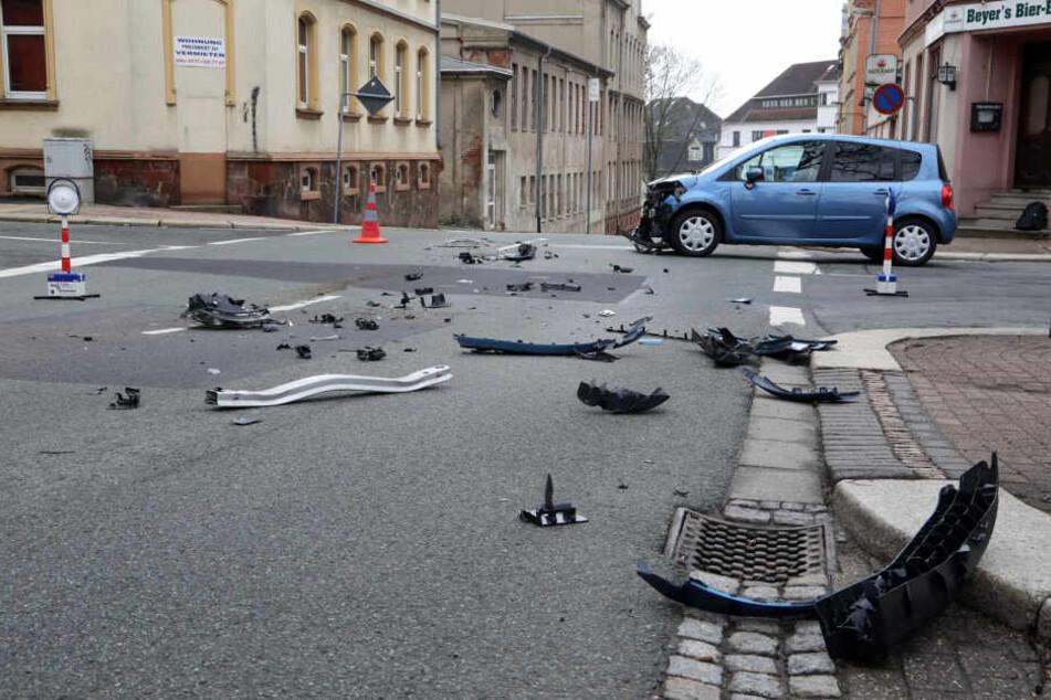 Trümmerteile liegen auf der Straße verteilt.