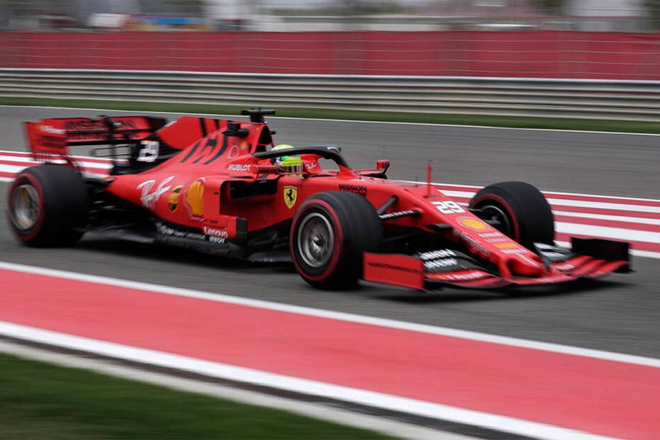 Mick Schumacher auf der Strecke bei seiner ersten Testfahrt im Formel-1-Ferrari.