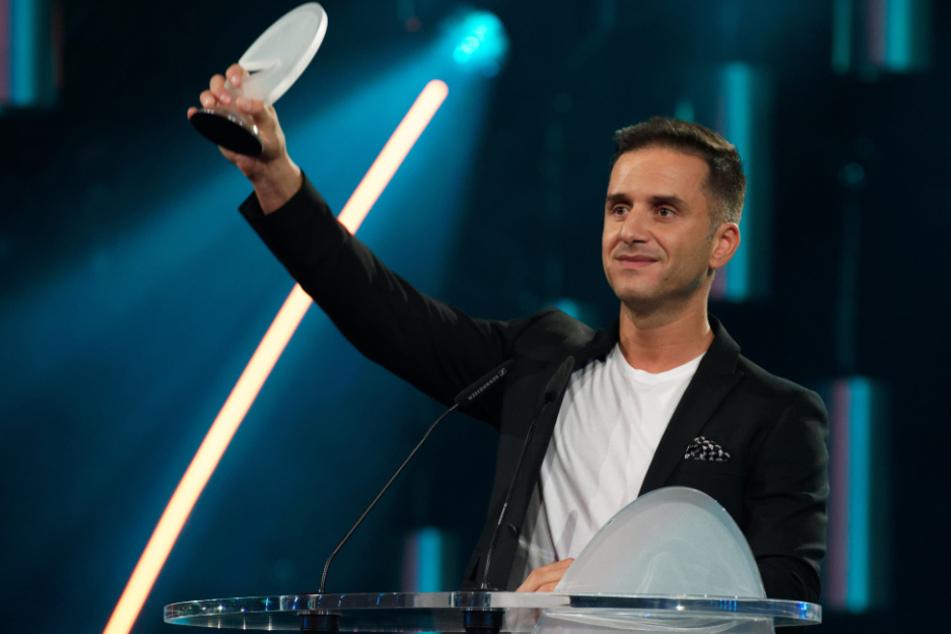 """Der Comedian Özcan Cosar (39) freut sich beim """"Deutschen Comedypreises 2019"""" über seine Auszeichnung."""