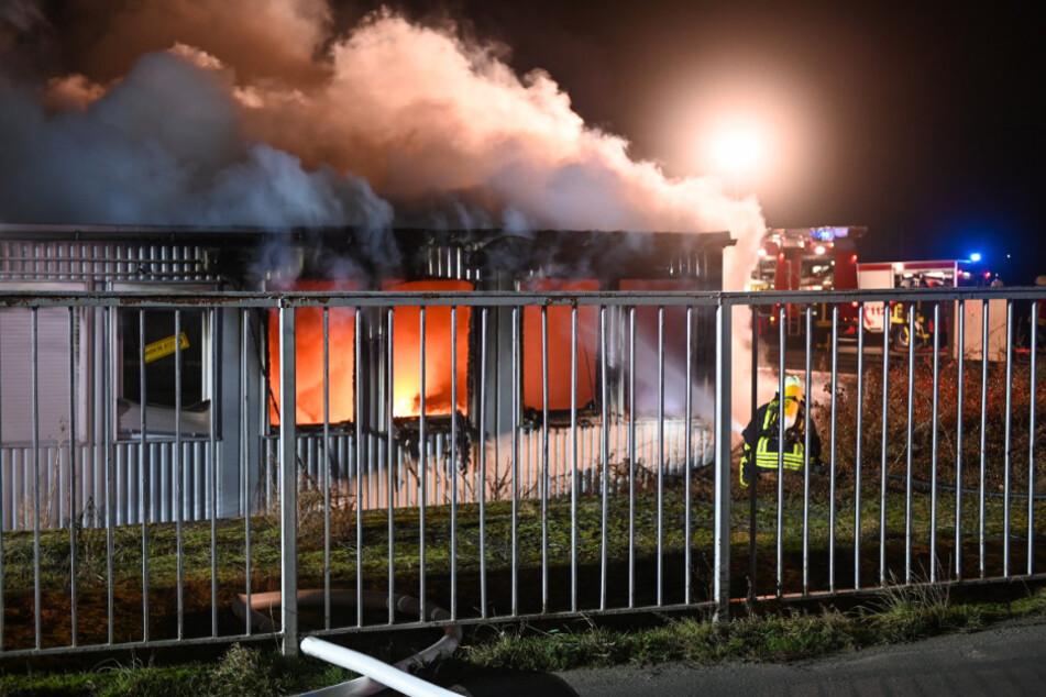 Die Feuerwehr musste mehrere brennende Container löschen.